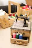 Szwalne nici stubarwne w drewnianego pudełka tła zbliżeniu Obraz Royalty Free