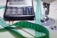 Szwalnej maszyny igła, kalkulator & pomiarowa taśma, Zdjęcia Royalty Free