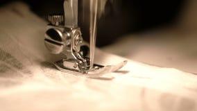 Szwalnej maszyny szyć ubrania zamknięty up zbiory wideo