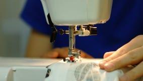 Szwalnej maszyny szyć ubrania zamknięty up zbiory