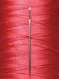 Szwalnej nici cewa z szwalną igłą, makro- Obrazy Royalty Free