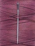 Szwalnej nici cewa z szwalną igłą, makro- Fotografia Stock