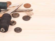 Szwalni akcesoria w drewnianym tle tła guzików zbliżenia pojęcia ciemna igielna szwalna nić dwa drewniana Zdjęcie Royalty Free