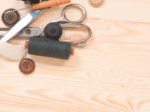 Szwalni akcesoria w drewnianym tle tła guzików zbliżenia pojęcia ciemna igielna szwalna nić dwa drewniana Zdjęcia Stock