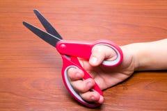 Szwalni nożyce w ręce na drewnie zdjęcie royalty free