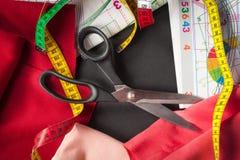 Szwalni nożyce z tkaniną zdjęcie stock