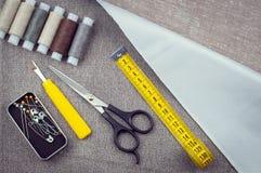 Szwalny deseniowy skład z nożycami, cewy nić, szpilki, pomiarowa taśma obraz royalty free