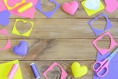 Szwalny serc DIY pojęcie Szwalni serca wykonują ręcznie dla walentynki ` s dnia, macierzystego ` s dnia lub poślubiać, Drewniany  Obrazy Royalty Free