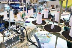 Szwalny warsztat z niciami i elektrycznymi maszynami zdjęcia stock