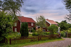 Szwedzi gospodarstwo rolne z typowymi czerwonymi drewnianymi budynkami Obrazy Stock