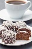 Szwedzki chokladbollar lub, robi? od ows?w na bielu talerzu, kakao, mas?o i koks, s?uzy? z kaw?, obraz stock