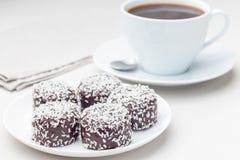 Szwedzki chokladbollar lub, robi? od ows?w na bielu talerzu, kakao, mas?o i koks, s?uzy? z kaw?, fotografia stock