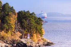 Szwedzki denny fjord i statek wycieczkowy Zdjęcia Stock