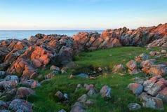 Szwedzki skalisty wybrzeże przy zmierzchem obraz royalty free