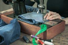 Szyć dostawy i odziewa z starą szwalną maszyną Zdjęcia Royalty Free