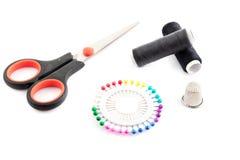 Szyć narzędzia: dwa nić, nożyce, szpilki i naparstek, zdjęcia royalty free