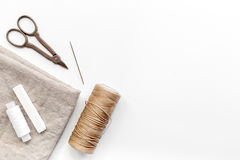 Szyć narzędzia, tkaninę i zestaw dla hobby kolekci na białym tło odgórnego widoku egzaminie próbnym, Zdjęcia Royalty Free