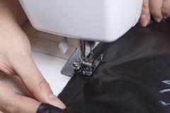 Szyć odziewa indywidualnym przedsiębiorcą Kobieta pracuje na szwalnej maszynie Staples rżnięci elementy produkt Zdjęcie Stock