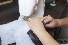 Szyć odziewa indywidualnym przedsiębiorcą Kobieta pracuje na szwalnej maszynie Staples rżnięci elementy produkt Zdjęcie Royalty Free