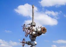 Szyb naftowy po naprawy w błocie i kałużach Zdjęcia Royalty Free