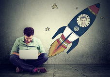 szybcy pojęcie internety Technologic mężczyzna pracuje na laptopie fotografia stock