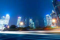 Szybcy poruszający samochody przy nocą Zdjęcie Royalty Free