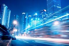 Szybcy poruszający samochody przy nocą Zdjęcia Royalty Free