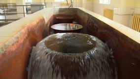 Szybka bieżąca woda po traktowania Przetwarzający wodni czyści kroki mimo to zdjęcie wideo