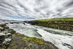 Szybka kaskadowa rzeka i niskie chmury Obrazy Royalty Free