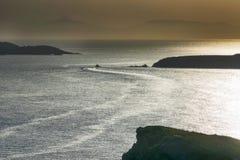 Szybki łódkowaty podróżowanie przeciw pięknemu horyzontowi Fotografia Stock