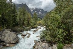 Szybki bieżący rzeczny spływanie od Les Grands Jorasses, Włochy fotografia royalty free
