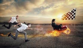 Szybki bizneswoman z samochodem wygrywa przeciw konkurentom Poj?cie sukces i rywalizacja royalty ilustracja
