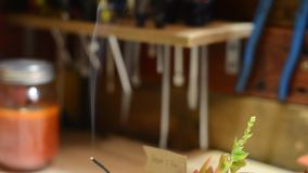 Szybki chodzenie w perfumowanie dymu na sklepowym stole zbiory
