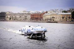 Szybki ferryboat na Neva rzece, święty Petersburg Obrazy Royalty Free
