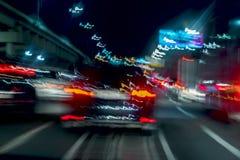 Szybki jeżdżenie ruch drogowy przy nocą, błękit barwi Abstrakt zamazywał tło miastowy poruszający samochód z jaskrawymi hamulcowy Zdjęcia Stock