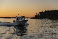 Szybki kabinowy motorboat wieczór światła Sztokholm archipelag zdjęcia stock