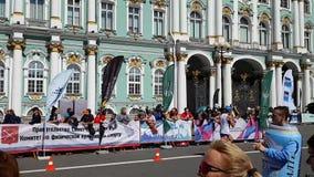 Szybki koniec jeden atlety podczas St Petersburg maratonu Odległość przy ścianami erem zbiory wideo