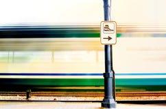 Szybki pociąg opuszcza stację Zdjęcia Stock