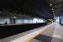 Szybki pociąg podróżuje przez podziemnej staci metru Zdjęcie Royalty Free