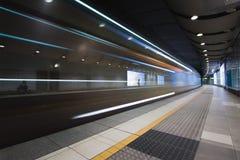 Szybki pociąg podróżuje przez podziemnej staci metru Fotografia Stock