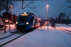 Szybki pociąg w opóźnionym wieczór Zdjęcie Royalty Free