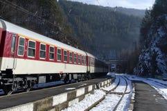 Szybki pociąg przechodzi przez dworca Obrazy Royalty Free