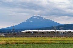 Szybki pociska pociąg, jeżdżenie i przelotny Halny Fuji blisko Tokio, zdjęcie stock