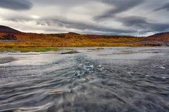 Szybki prąd na rzece wokoło i jesieni scenerii obraz royalty free