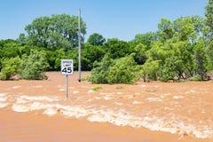Szybki prąd nad drogą w Oklahoma zdjęcie stock
