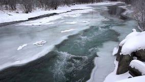 Szybki przepływ woda błękit - puszek rzeka przez lodowatego odwilż zmroku - zbiory wideo
