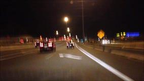 Szybki ruch samochodowy jeżdżenie na drodze zbiory wideo