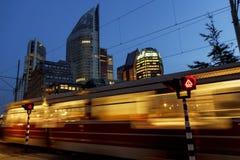 Szybki tramwaj przy Haskim pejzażem miejskim Zdjęcie Stock