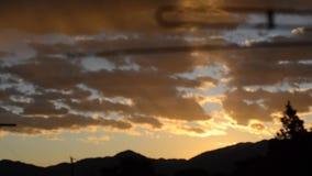 Szybkie poruszające pomarańcze i koloru żółtego wschodu słońca chmury od dachu zbiory