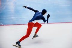 Szybkiego początku męska łyżwiarka biec sprintem Fotografia Royalty Free